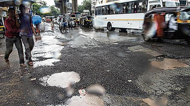 South Mumbai's new roads are possibly being constructed by contractors already blacklisted by the BMC, according to the Opposition in the civic body.(HT File (Representational Image))