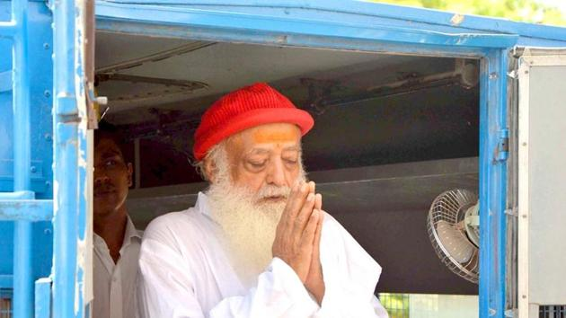 File photo of Asaram Bapu greeting his supporters as he arrives for a hearing at the court, in Jodhpur, Rajasthan.(HT Photo)