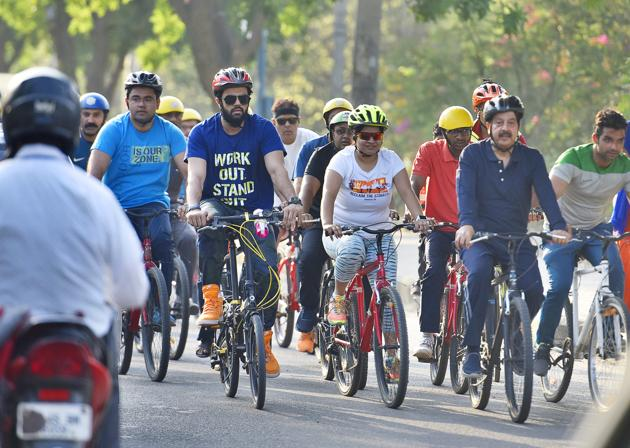 Actor Manish Paul (in dark blue T-shirt) and deputy commissioner Vinay Pratap Singh (in a navy blue T-shirt) participate in Raahgiri on Sunday.(Sanjeev Verma/HT PHOTO)