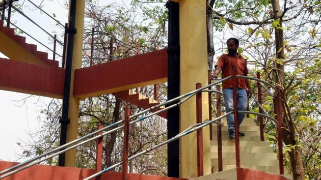 The contractor, Brijendra Kumar Singh of Vishal Khand, Gomti Nagar, said he was upset since his payment was not being cleared by the forest department for several years and pleaded with the police to get him his dues.(HT Photo)