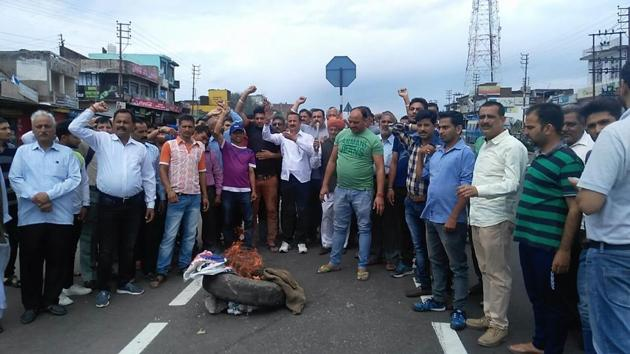 Protestors block the Jammu-Pathankot highway in Kathua during the Jammu Bandh on Wednesday, April 11, 2018.(HT Photo)
