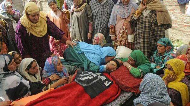 Relatives and neighbours mourn near the body of Sharjeel Ahmed who was killed near the encounter site at Khudwani district of south Kashmir on Wednesday.(Waseem Andrabi/ HT Photo)