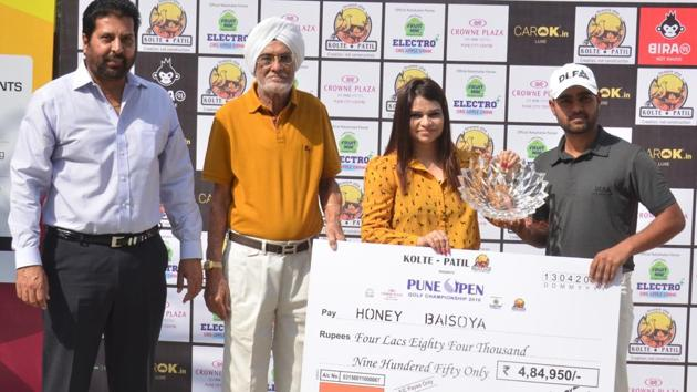 (From left) Honey Baisoya receives the trophy and cheque from Nidhi Srivastava, vice-president, sales & CRM, Kolte - Patil Developers Ltd; Narotam Chowdhary, captain, Poona Club Golf Course and Uttam Singh Mundy, CEO, Professional Golf Tour of India.(HT PHOTO)