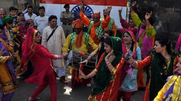 Men perform the bhangra while women perform gidda during Baisakhi.(HT file photo)