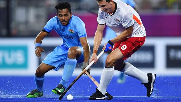 Harry Martin of England (R) vies for the ball with Indian men's hockey team's Harmanpreet Singh (L) during their men's hockey bronze medal play-off of the 2018 Commonwealth in Gold Coast on Saturday. Get highlights of the bronze medal play-off between India men's hockey team and England at the 2018 Commonwealth Games (CWG 2018) here.(AFP)