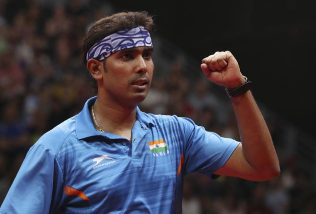 Sharath Kamal beat Samuel Walker 11-7, 11-9, 9-11, 11-6, 12-10 to win the table tennis bonze at 2018 Commonwealth Games.(REUTERS)