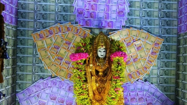 Currency notes of denominations ranging from Rs 200, Rs 500 to Rs 2000 adorned the walls and ceilings of the temple for the auspicious day.(ANI)
