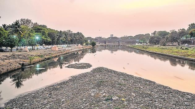 Polluted Mutha river as seen from the bridge near Omkareshwar temple on Monday.(Sanket Wankhade/HT PHOTO)
