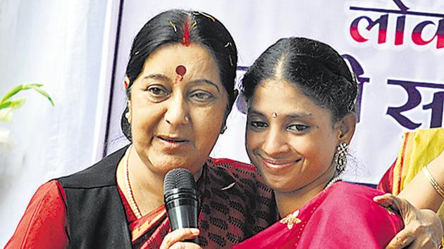 Foreign minister Sushma Swaraj with Geeta in 2015.(HT File Photo)
