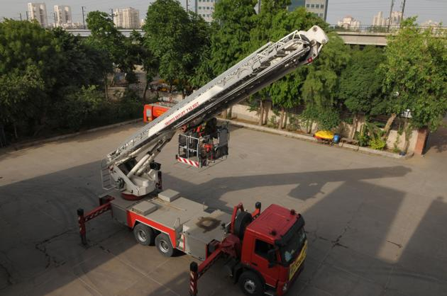 In its budget for fiscal 2018-'19, the Municipal Corporation of Gurugram (MCG) has not proposed any allocation for a ladder that could reach fires at a height of more than 42 metres.(Parveen Kumar/HT PHOTO)
