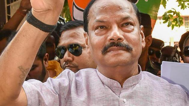 Jharkhand chief minister Raghubar Das flashes a victory sign after results of the Ranchi Municipal Corporation (RMC) elections, at the BJP headquarters in Ranchi on Friday.(PTI)