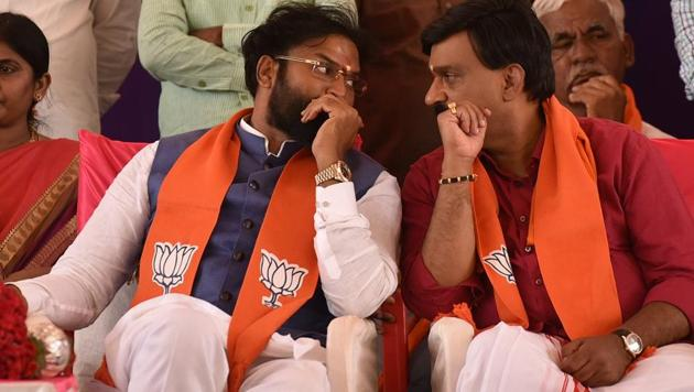 B Sriramulu with Janardhan Reddy during a public meeting at Molakalmuru in Chitradurga.(Arijit Sen/HT Photo)