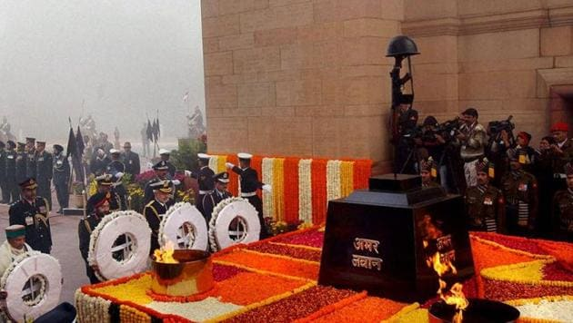 Service chiefs pay homage to martyrs at Amar Jawan Jyoti at India Gate in New Delhi.(PTI File Photo)