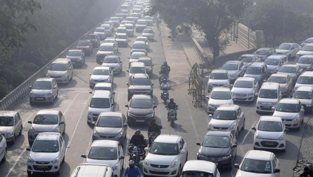 The 5.5-km-road is expected to remove traffic bottlenecks on the two-kilometre stretch which passes through Noida sectors 14A, 15A and 16A between Mayur Vihar-I and Noida expressway.(HT File Photo)