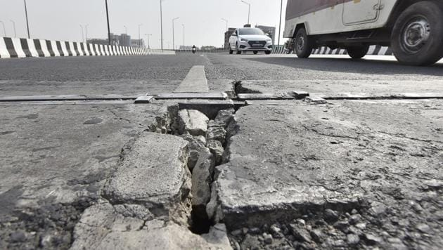 Cracks have developed on two elevated U-turns and an elevated road at busy Iffco chowk, in Gurugram.(Sanjeev Verma/HT PHOTO)