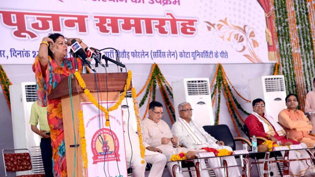 Chief minister Vasundhara Raje addresses people at the foundation laying ceremony of the Bharat Vikas Institute of Medical Sciences and Cancer Hospital in Kota on Friday.(AH Zaidi/HT)