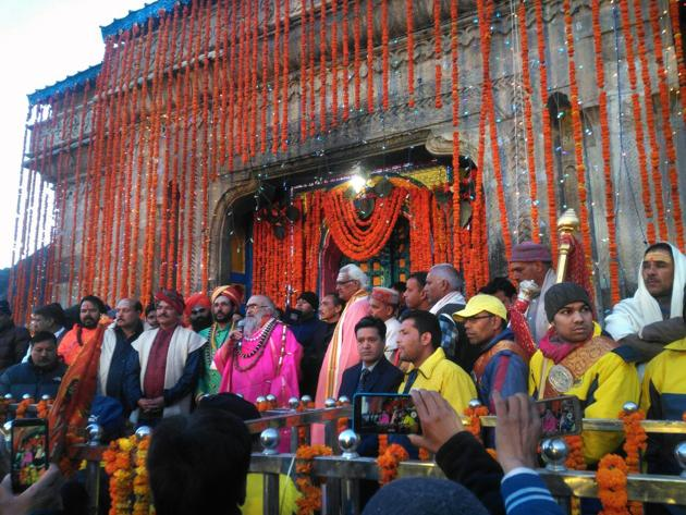 More than 5,000 devotees were present when the main gates of Kedarnath shrine were opened by the chief priest on Sunday.(HT Photo)