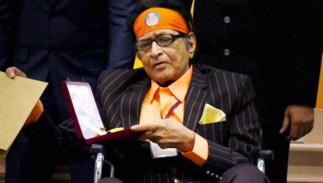 Veteran actor Manoj Kumar after being honoured with the Dadasaheb Phalke Award at the National Film Awards in 2015.(Photo: PTI)