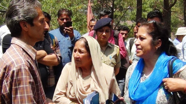 Hotel owner owner Vijay Singh (left), who is now absconding, and assistant town planner Shail Bala Sharma (right) during the demolition drive in Kasauli on Tuesday. Singh allegedly shot her dead minutes later.(HT Photo)