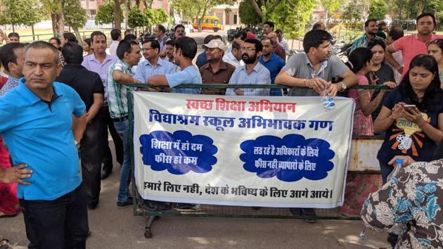 Parents stage a protest at Vidyashram school in Jaipur.(HT File)