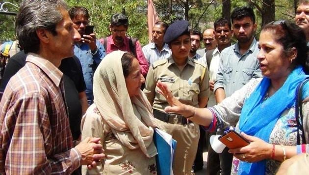 Kasauli hotel owner Vijay Singh (brown shirt), who allegedly shot dead assistant town and country planning officer Shail Bala Sharma (in blue), in Kasauli during demolition drive, is seen talking to her on Tuesday, just hours before the incident.(ANI Twitter)