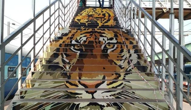 The Nagpur Division of Central Railway has beautified the two stations with paintings, sculptures and murals based on wildlife at the Tadoda National Park and local tribal art.(Twitter Photo/Commercial Inspector)