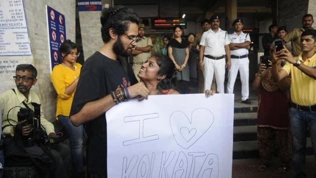 Protesters offer free hugs at the Tollygunge metro station in Kolkata on Wednesday.(Samir Jana/ HT Photo)