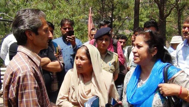 Hotelier Vijay Singh argues with assistant town planner Shail Bala Sharma just before the shooting in Kasauli on Tuesday.(HT Photo)