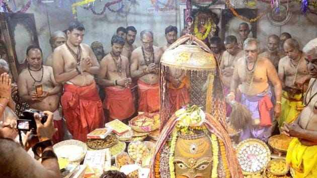 The Ujjain Mahakal temple, in its resolution, has permitted devotees to use a fixed amount of water measuring 500 ml in a small pot per person for 'jalabhishek' (worship by offering water).(HT/File Photo)