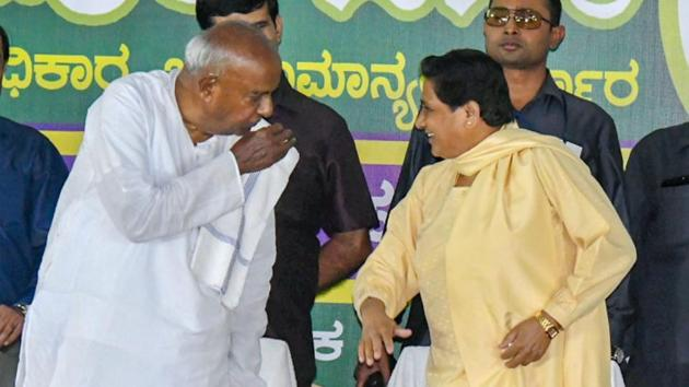 BSP chief Mayawati interacts with former PM HD Deve Gowda during a campaign for the Karnataka assembly elections, in Mysore.(PTI)