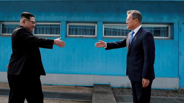 South Korean President Moon Jae-in (right) and North Korean leader Kim Jong-un have agreed to put an end to the Korean conflict.(Reuters/File Photo)