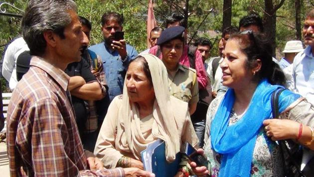 This photo shows Vijay Singh (left) in an argument with assistant town planner Shail Bala Sharma (in blue dupatta) on Tuesday. Singh is accused of shooting dead Bala.(HT Photo)
