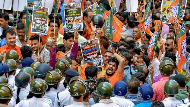 BJP activists raise slogans demanding punishment for those allegedly involved in the carcass meat racket, outside Calcutta Municipal Corporation headquarter in Kolkata on Thursday.(PTI)