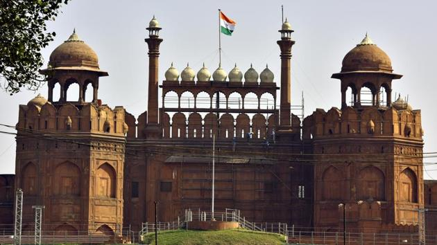 The government decision to hand over the Red Fort to the Dalmia Bharat Group to maintain tourist amenities has triggered a war of words between historians of opposing ideologies.(HT PHOTO)