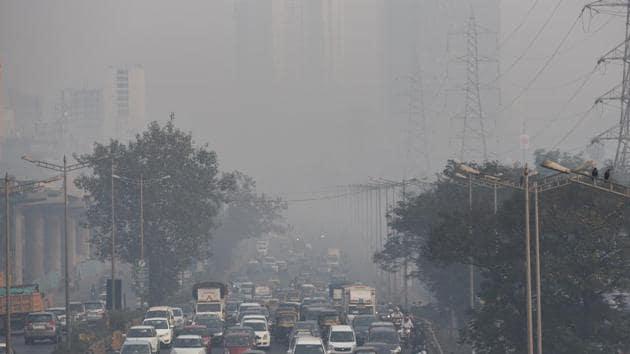 Smog and heavy traffic at Goregaon in Mumbai, on January 9.(Satyabrata Tripathy/HT File photo)