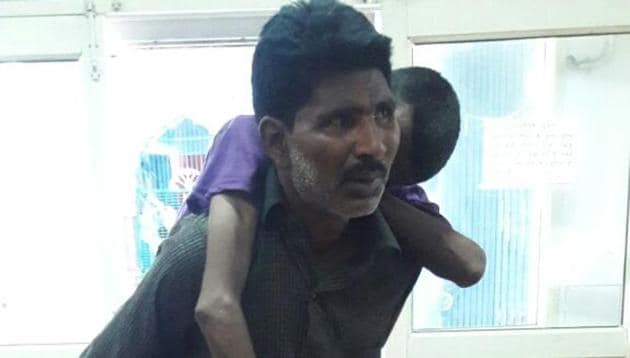 Pankaj carries the body of his brother on his back.(HT Photo)