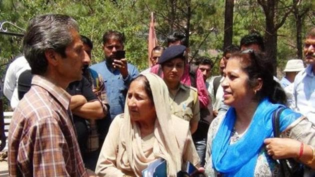 These photos show hotel owner Vijay Singh (left) and assistant town planner Shail Bala Sharma (in blue dupatta) during demolition drive in Kasauli on Tuesday.(HT File Photo)
