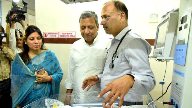 Hawamahal MLA Surendra Pareek (Centre) at the new NICU at JK Lone Hospital on Friday.(Prabhakar Sharma/HT PHOTO)