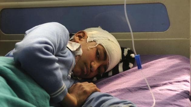An injured student at the SMHS hospital, after a bus carrying 35 schoolchildren was attacked by stone-pelters in Shopian district, North Kashmir on May 2(Waseem Andrabi/Hindustan Times)