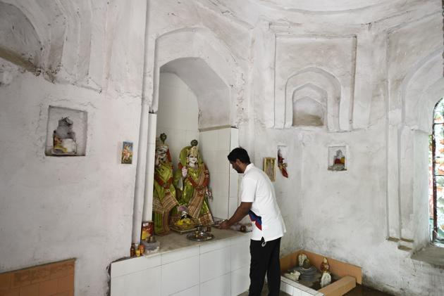 A tomb in Safdarjung Enclave's Humayunpur village was allegedly painted white and saffron and Hindu idols were placed inside it, in New Delhi.(Burhaan Kinu/HT File photo)
