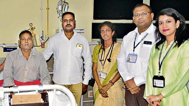 Patient Ram Ajoor (left) with donor Harjinder Singh and a team of doctors at the Christian Medical College and Hospital in Ludhiana on Friday.(HT Photo)