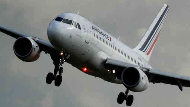 An Air France Airbus A319-111 airplane prepares to land at the Charles de Gaulle Airport in Roissy, near Paris, France.(REUTERS File Photo)