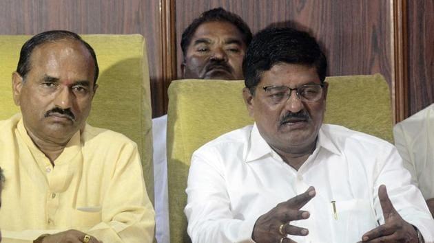 DP Pawar (left) and Vinayak Patil at a press conference at Katraj Dairy on Thursday.(Ravindra Joshi/HT PHOTO)
