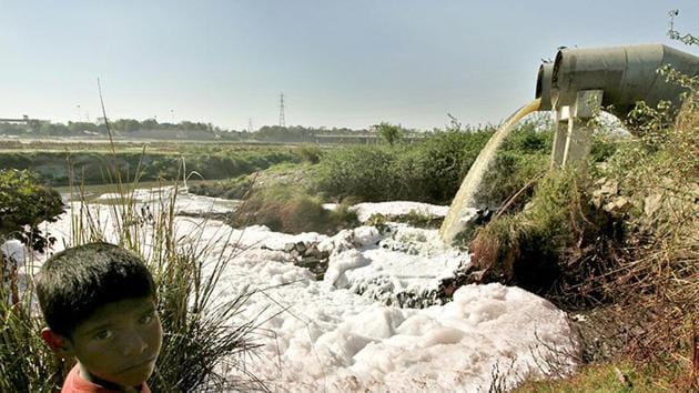 The East Delhi Municipal Corporation's desire to develop two landfills on the Yamuna floodplain has been criticised by almost everyone. But surprisingly, the Central Pollution Control Board, the apex pollution control agency of the country, seems to think otherwise.(HT)