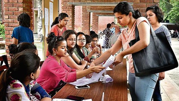 DU will announce only five cutoff lists with the last list coming out on July 12. The university will announce the first cutoff list on June 19. Admissions under the first list will happen till June 21.(Sushil Kumar/HT File Photo)