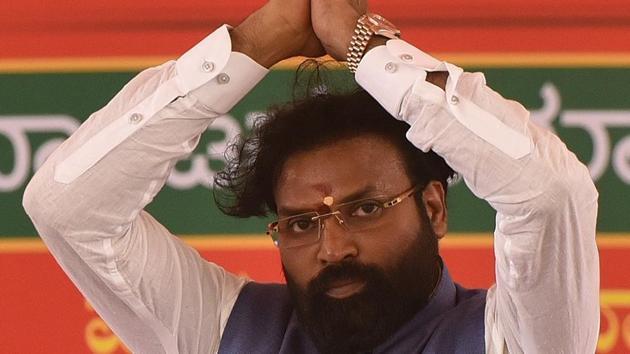 BJP leader Sriramulu during a public meeting at Molakalmuru in Chitradurga on Saturday.(Arijit Sen/HT Photo)