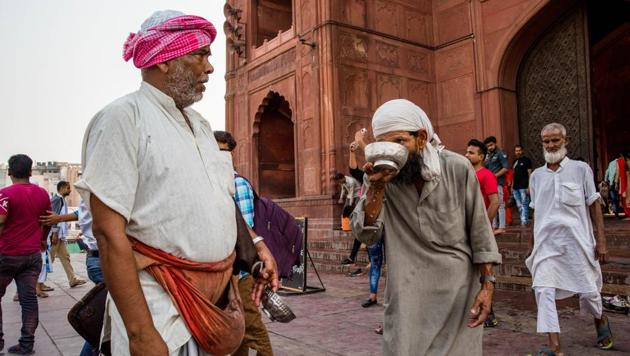 Muhammad Jamil offers a bowl of ice-cold water to a devotee outside Jama Masjid in Old Delhi.(SARANG GUPTA/HT)