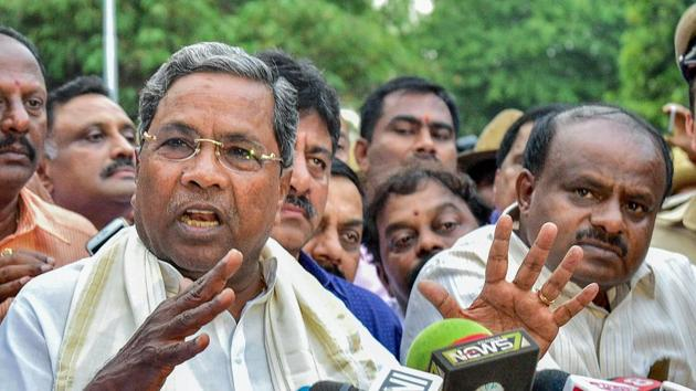Outgoing Karnataka chief minister Siddaramaiah and JD(S) president HD Kumaraswamy address the media after a meeting with governor Rudabhai Vala in Bengaluru on May 15.(PTI Photo)