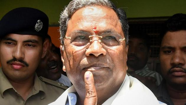 CM Siddaramaiah shows his inked finger after voting in the Karnataka assembly elections 2018, at Hundi village in Mysore. Counting of votes in Karnataka is underway on Tuesday.(PTI)