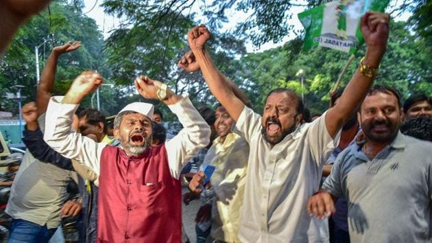 JD(S) workers celebrate after Congress offered the chief minister's post to its president Kumaraswamy.(PTI)